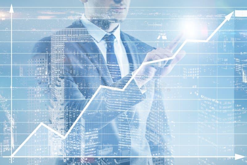 O homem de negócios que pressiona o botão virtual na carta do diagrama ilustração royalty free