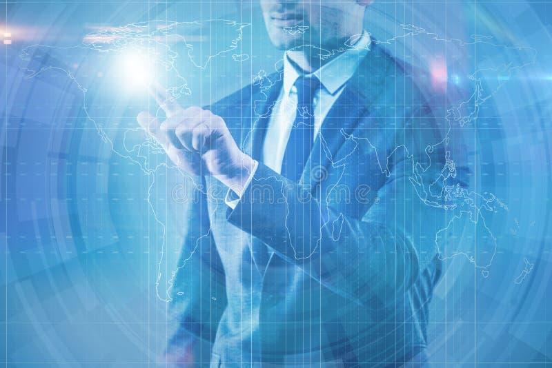 O homem de negócios que pressiona o botão virtual na carta do diagrama imagem de stock