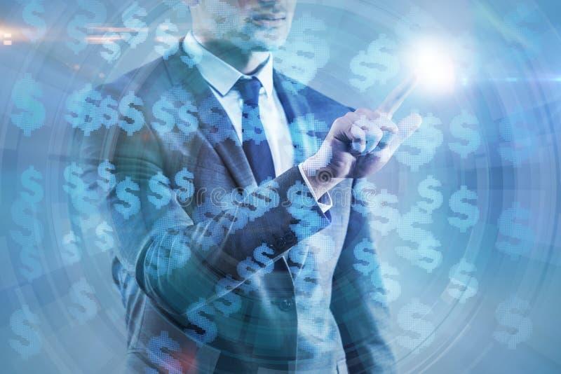 O homem de negócios que pressiona o botão virtual na carta do diagrama foto de stock royalty free