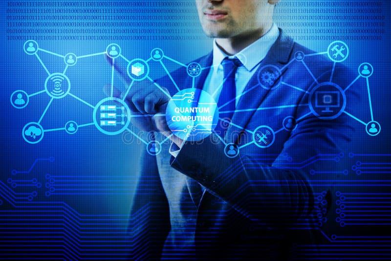 O homem de negócios que pressiona o botão virtual no conceito da computação de quantum foto de stock royalty free