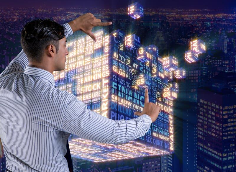 O homem de negócios que pressiona botões virtuais no conceito imagens de stock