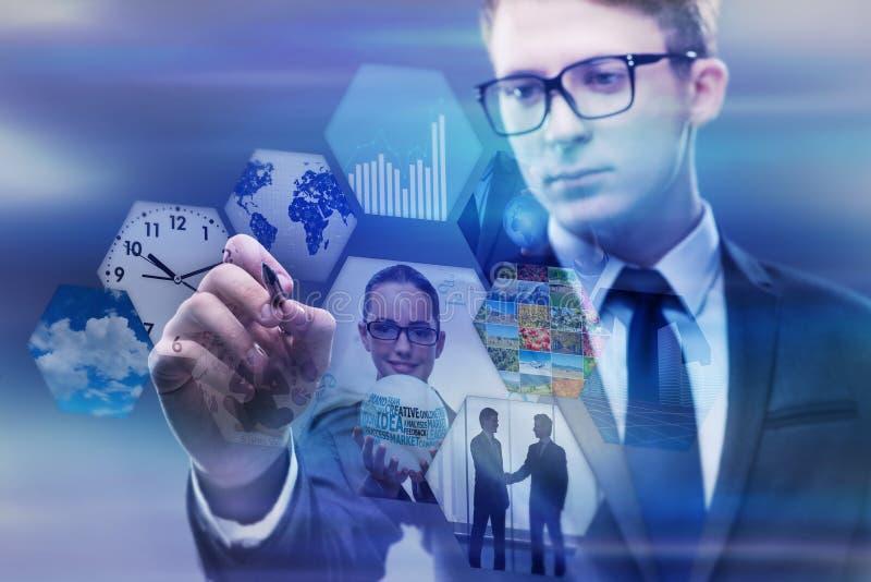 O homem de negócios que pressiona botões virtuais no conceito do negócio imagem de stock