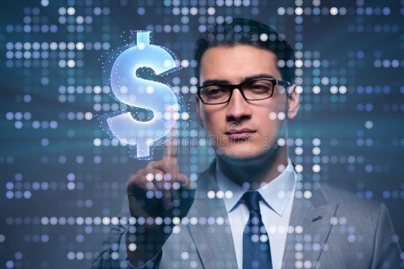 O homem de negócios que pressiona o botão virtual com dólar imagem de stock