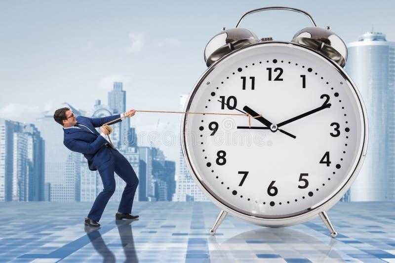 O homem de negócios que puxa o conceito da gestão do pulso de disparo a tempo imagem de stock