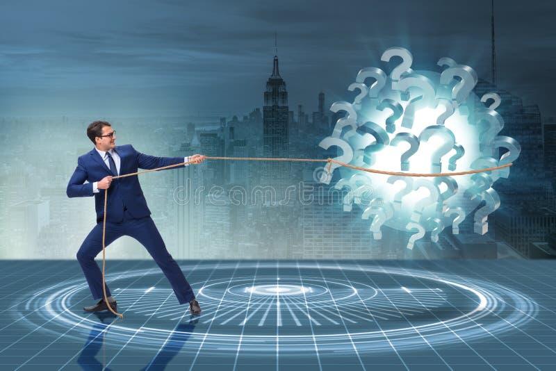 O homem de negócios que puxa pontos de interrogação no conceito da incerteza imagens de stock royalty free