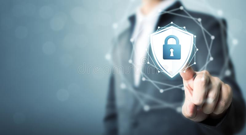 O homem de negócios que toca no protetor protege o ícone, segurança do cyber do conceito foto de stock royalty free