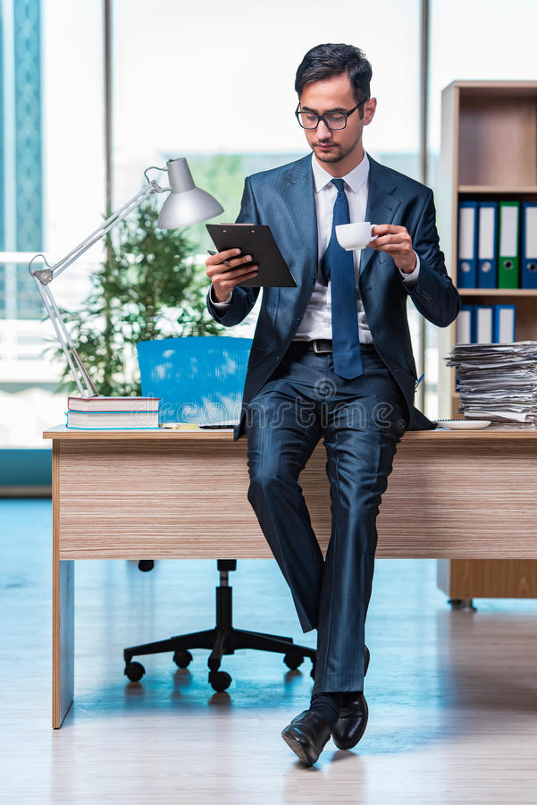O homem de negócios que trabalha no escritório foto de stock royalty free