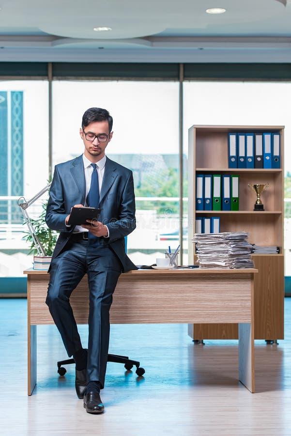 O homem de negócios que trabalha no escritório imagem de stock