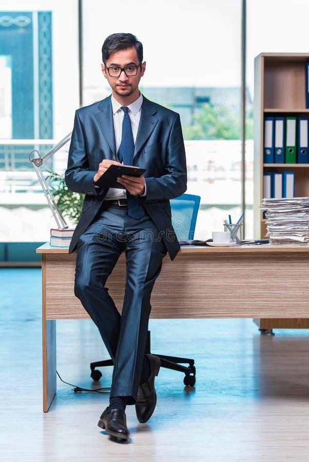 O homem de negócios que trabalha no escritório fotografia de stock royalty free