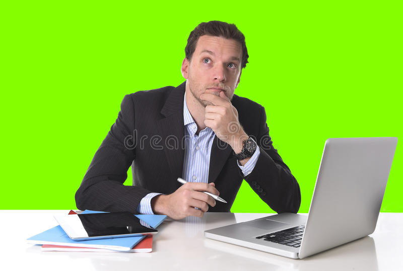 O homem de negócios que trabalha no esforço no computador da mesa de escritório isolou a chave verde do croma foto de stock