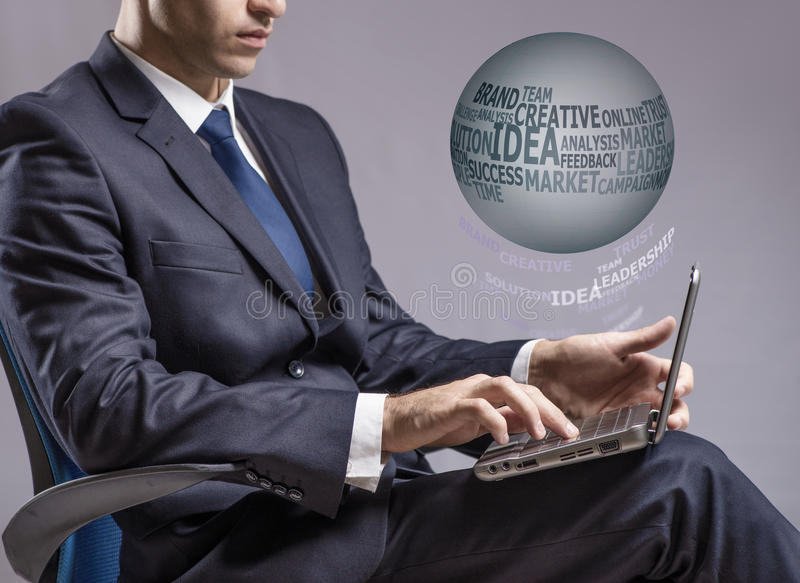 O homem de negócios que trabalha no portátil no conceito do negócio foto de stock royalty free