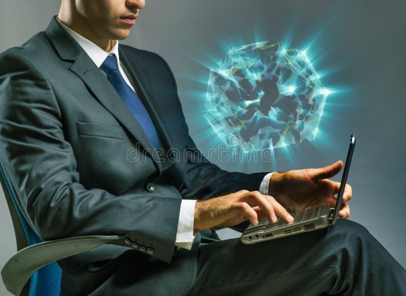 O homem de negócios que trabalha no portátil no conceito do negócio fotografia de stock royalty free