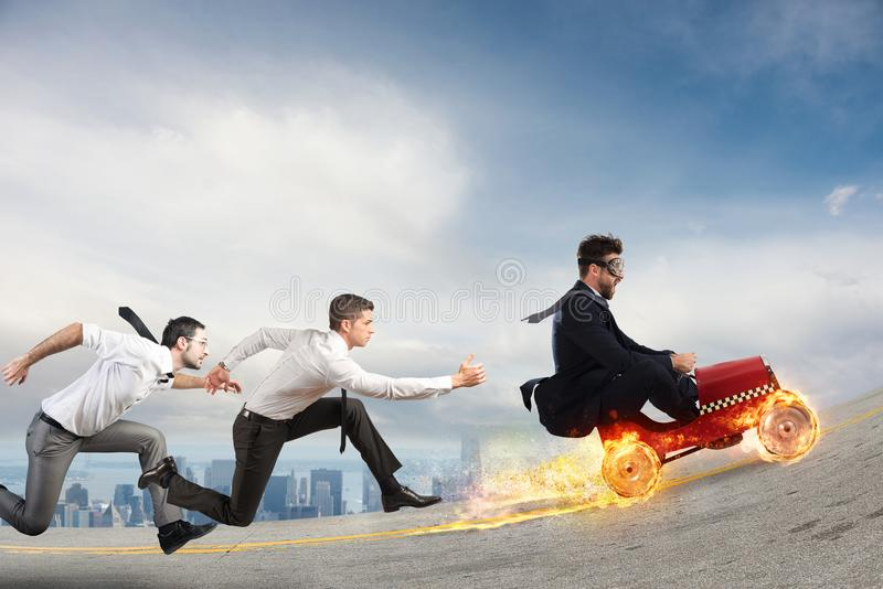 O homem de negócios rápido com um carro ganha contra os concorrentes Conceito do sucesso e da competição fotografia de stock
