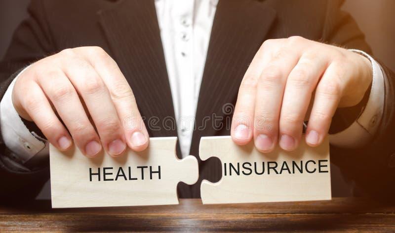 O homem de negócios recolhe blocos de madeira com o seguro de saúde da palavra Conceito dos cuidados médicos Custos do dinheiro p fotos de stock royalty free