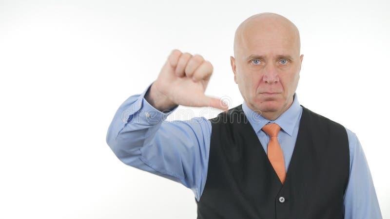 O homem de negócios seguro Image Thumbs Down faz gestos de mão do desagrado fotografia de stock