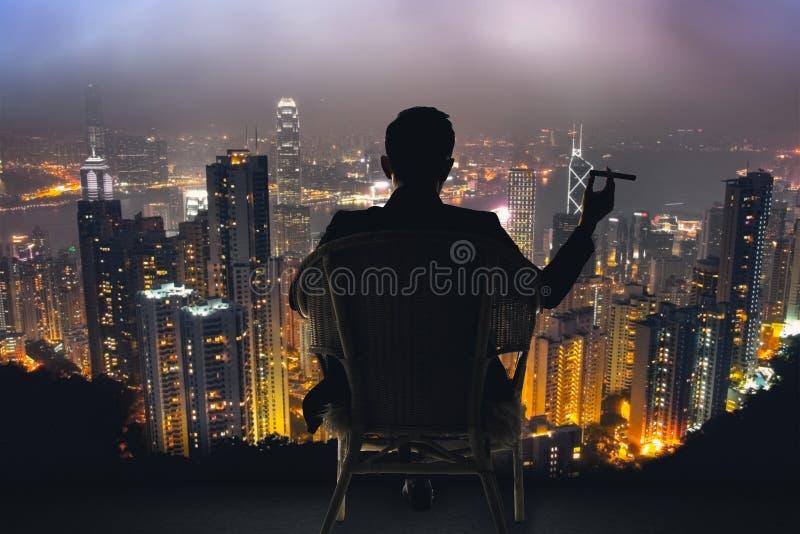 O homem de negócios senta-se na cadeira fotos de stock royalty free
