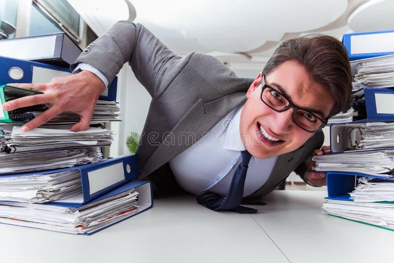 O homem de negócios sob o esforço devido ao trabalho excessivo imagem de stock