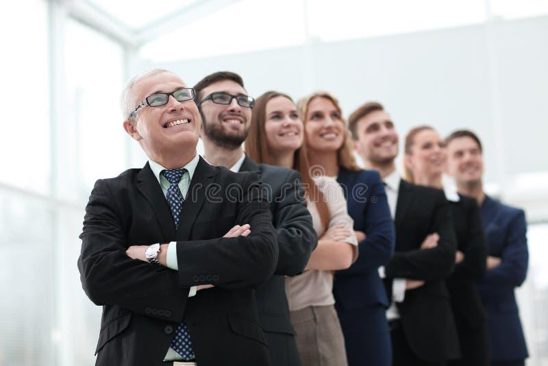 O homem de negócios superior e sua equipe são anticipar seguro foto de stock royalty free