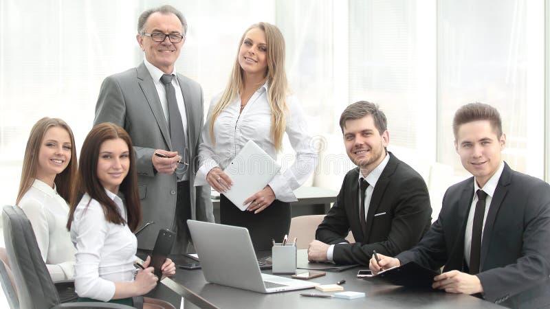 O homem de negócios superior teve uma reunião de funcionamento com equipe do negócio imagem de stock royalty free