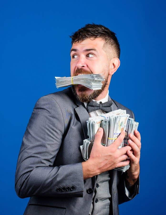O homem de negócios surpreendido sente como o ladrão com lote das mãos de dinheiro dentro Roube o dinheiro Ladrão com dinheiro do fotos de stock royalty free