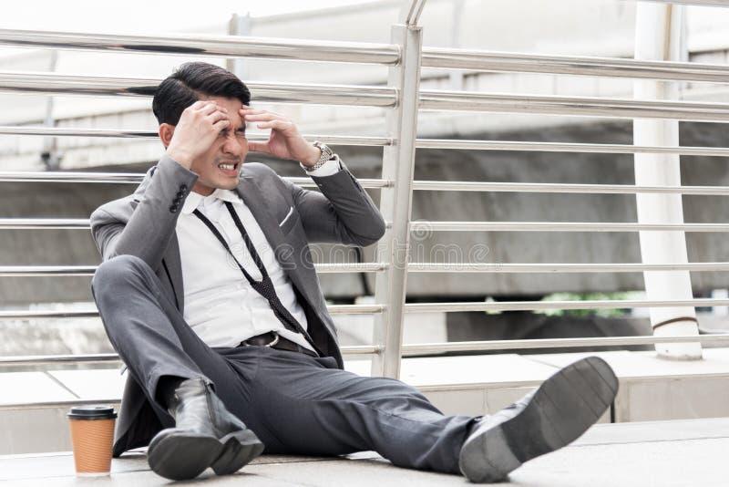 O homem de negócios tem a dor de cabeça e o conceito forçado, desempregado, conceito falido, conceito insalubre foto de stock royalty free