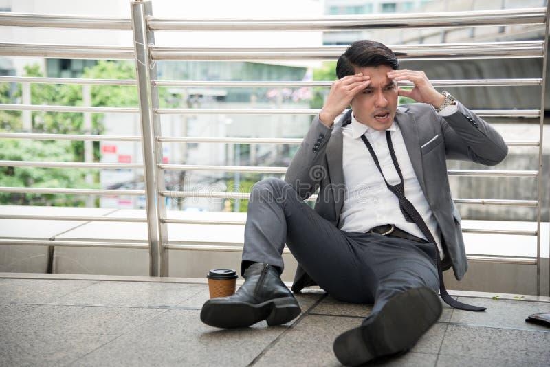 O homem de negócios tem a dor de cabeça e o conceito forçado, desempregado, conceito falido, conceito insalubre imagem de stock royalty free