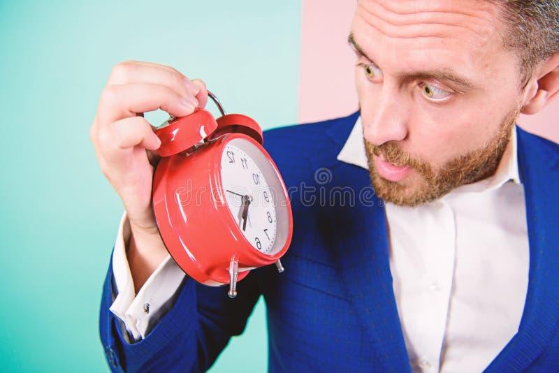 O homem de negócios tem a falta de tempo Habilidades de gestão do tempo Quanto hora saiu até o fim do prazo Hora de trabalhar Hom fotos de stock
