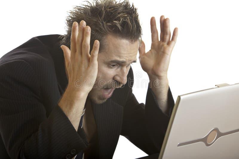 O homem de negócios tem o esforço por causa do ruído elétrico do computador fotos de stock