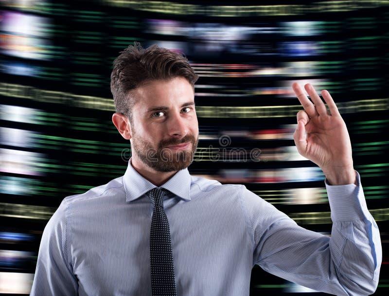 O homem de negócios tem o sucesso em casos financeiros imagens de stock