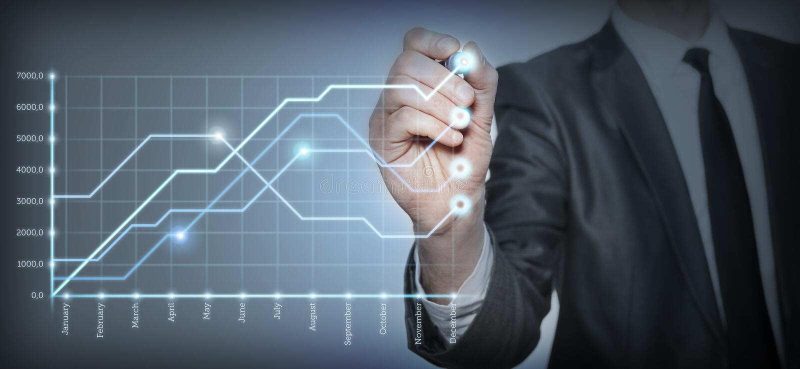 O homem de negócios tira um gráfico fotos de stock