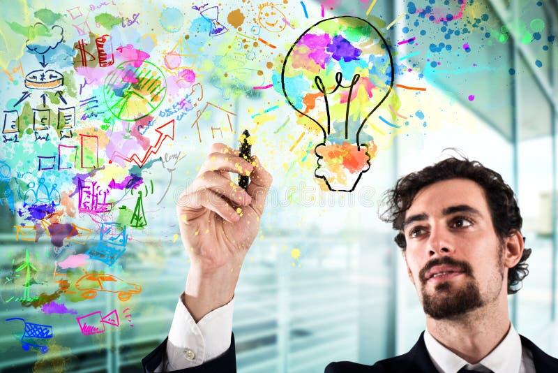 O homem de negócios tira um projeto criativo do negócio imagem de stock
