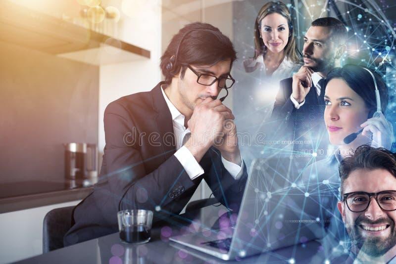 O homem de negócios trabalha de remoto em casa com seus colegas fotos de stock
