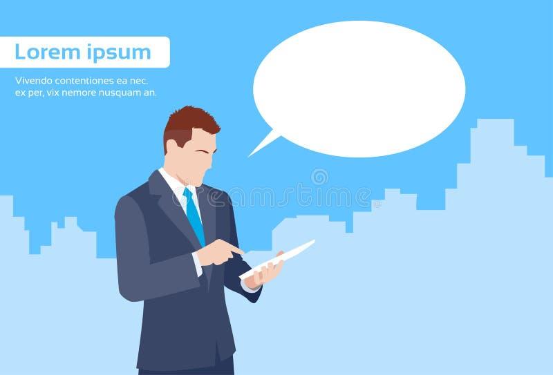 O homem de negócios Using Tablet Computer envia a mensagem ilustração do vetor