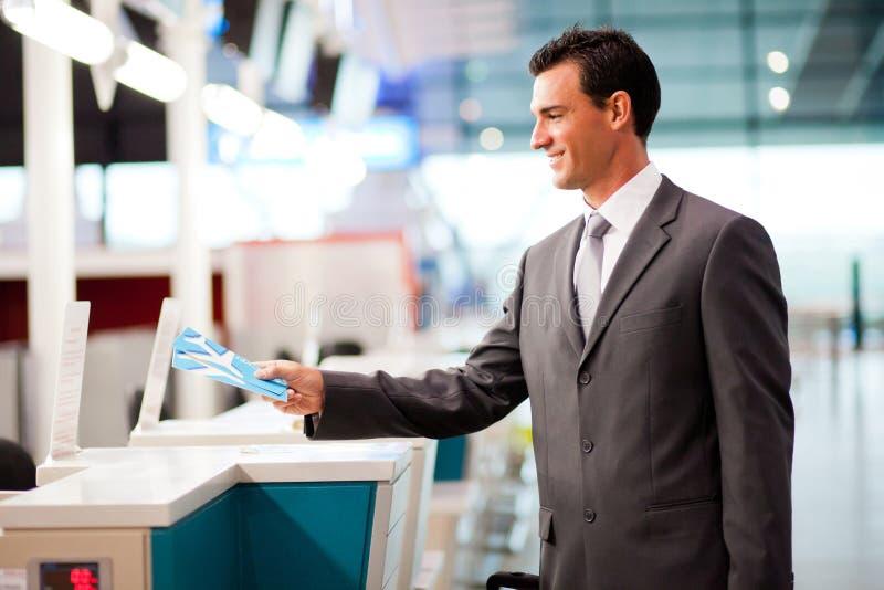 O homem de negócios verific dentro foto de stock
