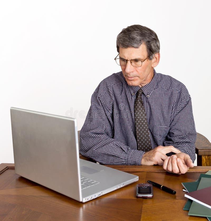 O homem de negócios verific seu pulso imagem de stock
