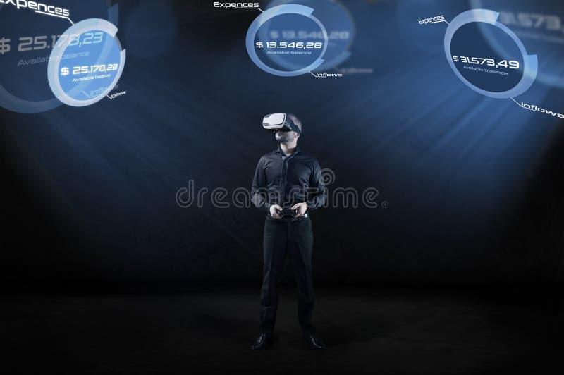 O homem de negócios verifica o balanço de contas na realidade virtual imagens de stock