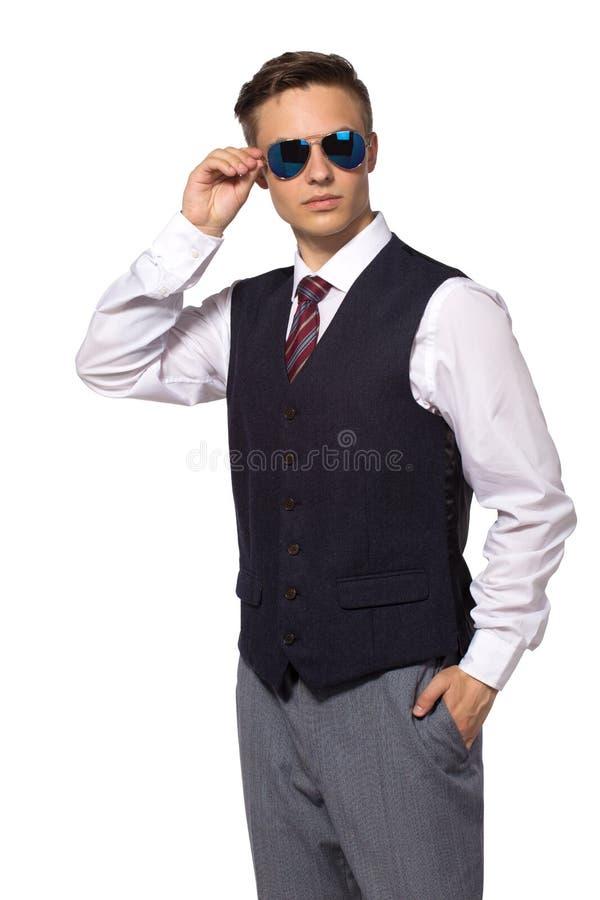 O homem de neg?cios novo na camisa e o la?o vestem os ?culos de sol isolados no branco imagem de stock
