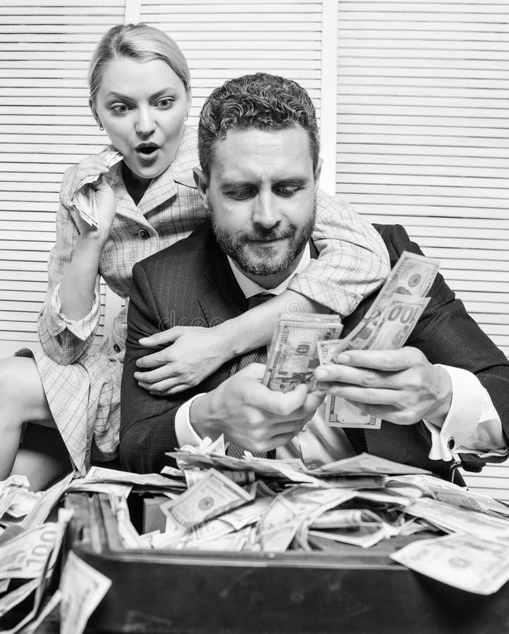 O homem de neg?cios perto dos d?lares do dinheiro lucra Conceito enorme do lucro girl financeiro guardara um bloco do prazer dos  imagem de stock royalty free