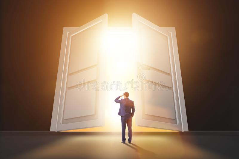 O homem de neg?cios que entra na grande porta grande fotografia de stock