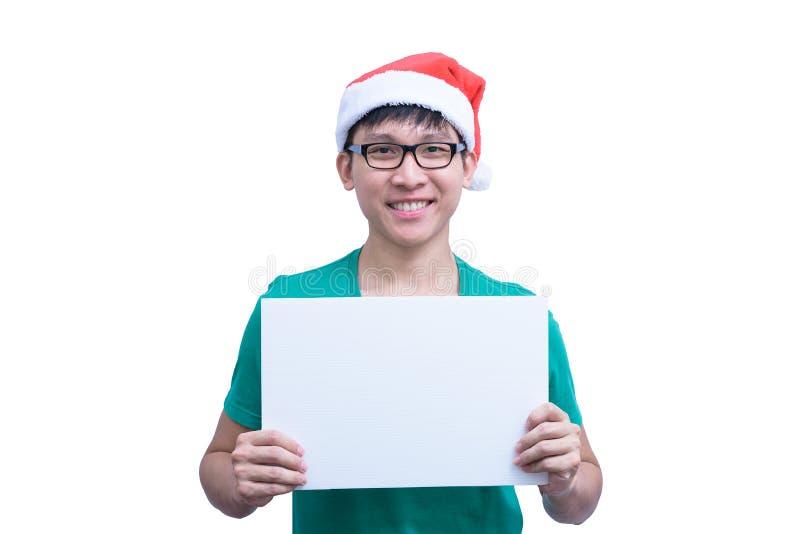 O homem de Santa Claus do asiático com monóculos e a camisa verde tem manter uma bandeira vazia branca da propaganda isolada no f fotografia de stock