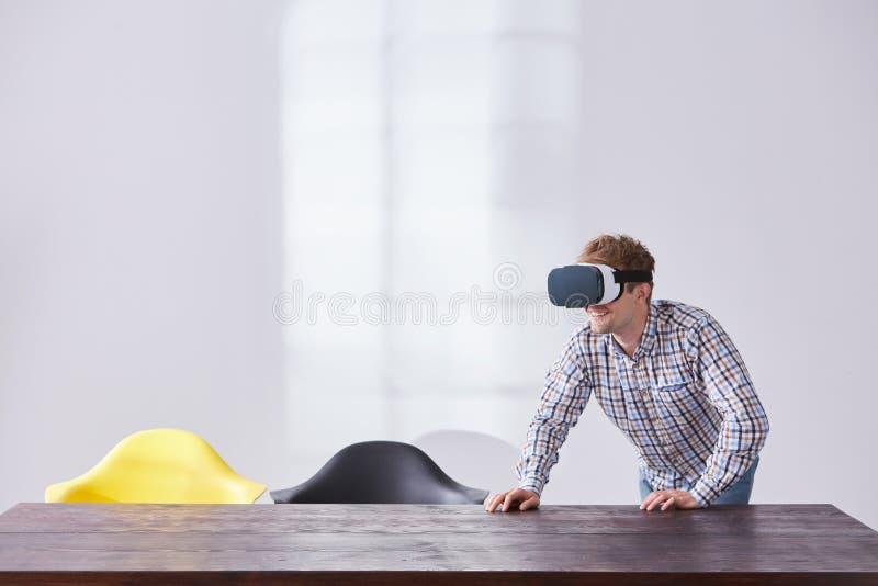O homem de sorriso joga o jogo virtual imagem de stock royalty free