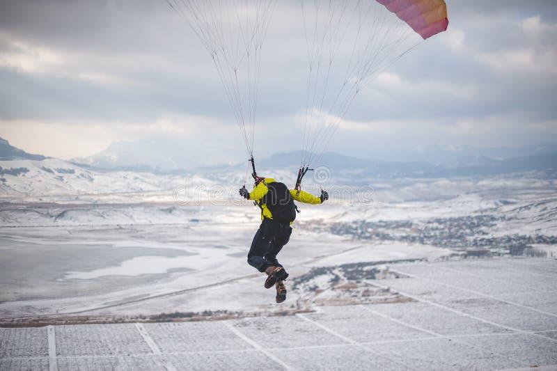 O homem decola com o speedglider da montanha imagens de stock royalty free