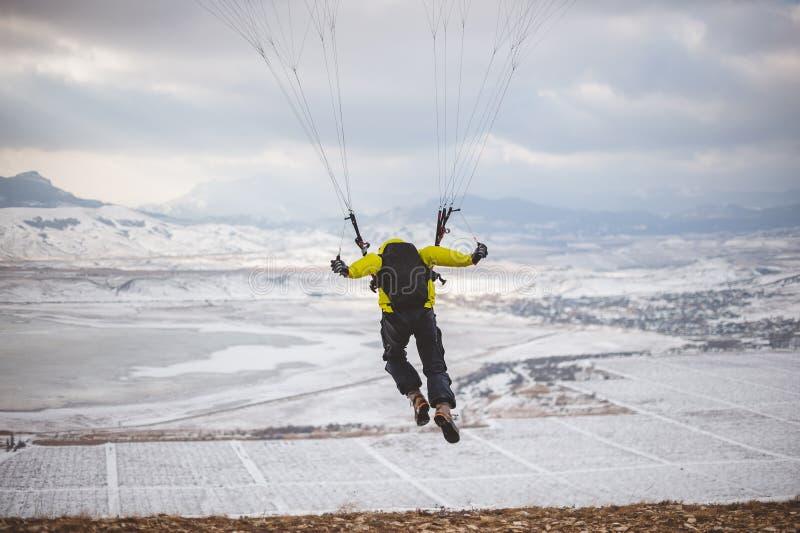 O homem decola com o speedglider da montanha fotografia de stock royalty free
