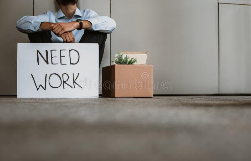 O homem demitido está esperando o emprego com cartaz fotografia de stock