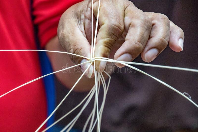 O homem demonstra o nó center da construção do chapéu de Panamá imagens de stock