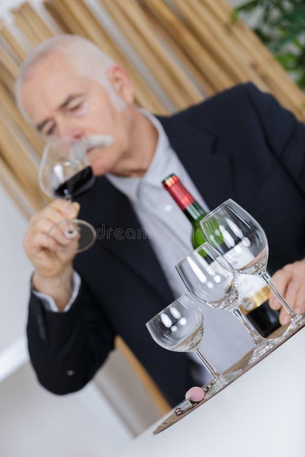 O homem derrama o vinho de vidro fotos de stock royalty free