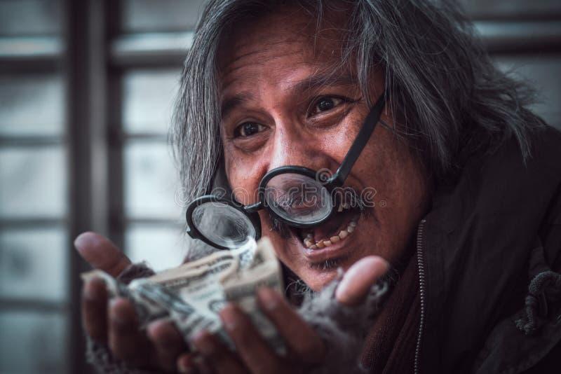 O homem desabrigado obteve a muito dinheiro nele as mãos que fazem a cara feliz com sorriso - fim acima fotos de stock