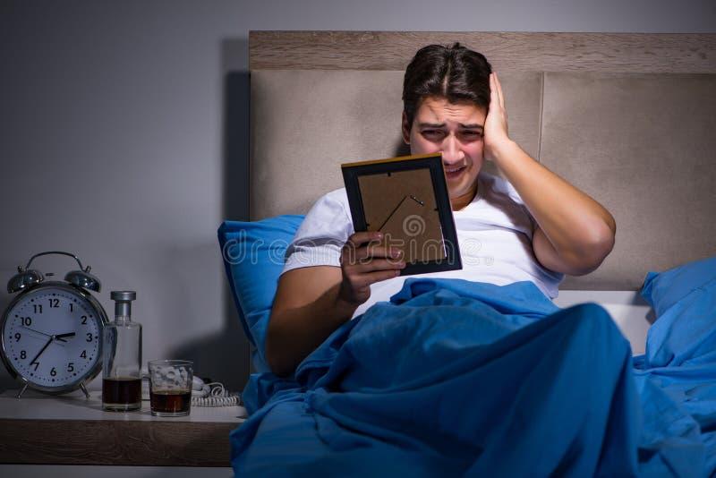 O homem desesperado divorciado na cama imagens de stock royalty free