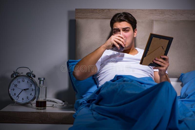 O homem desesperado divorciado na cama foto de stock royalty free
