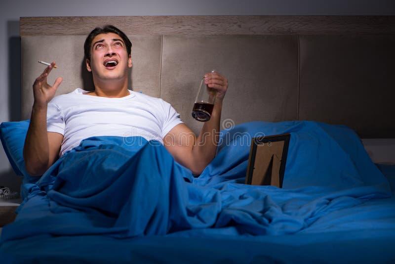 O homem desesperado divorciado na cama imagem de stock royalty free
